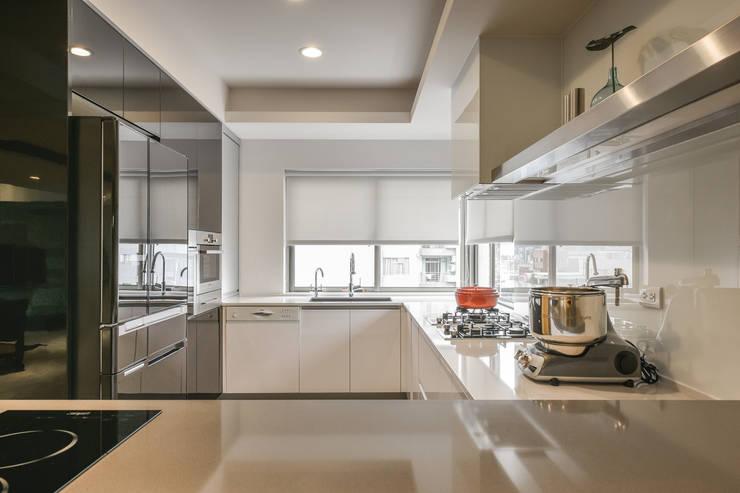 星鑽:  廚房 by 參與室內設計有限公司