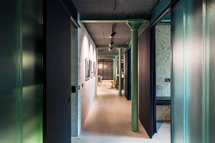 Corridor & hallway by arcs architekten