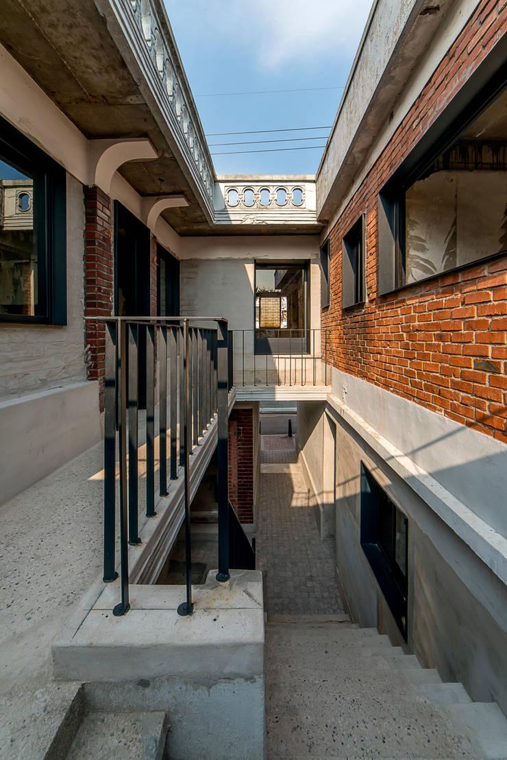 Maisons de style  par atelier longo 아뜰리에 롱고