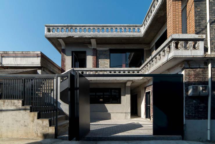 부속 중정: atelier longo 아뜰리에 롱고의  주택