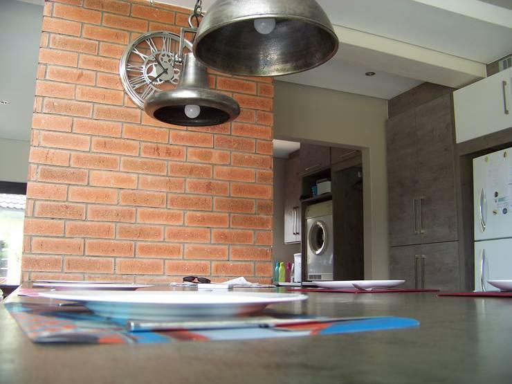 House [MWARF]:  Kitchen by jonroy design studio, Modern