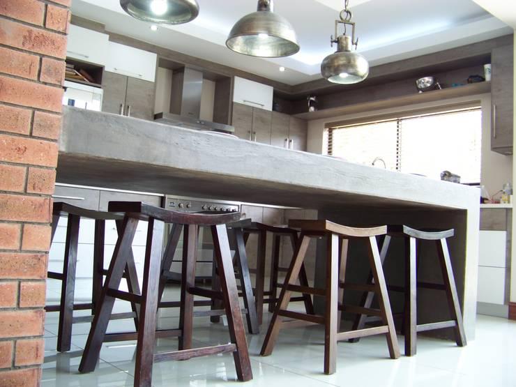 House [MWARF]:  Kitchen by jonroy design studio