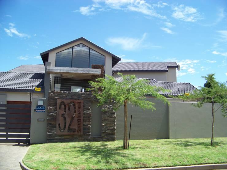 House [MWARF]:  Houses by jonroy design studio, Modern
