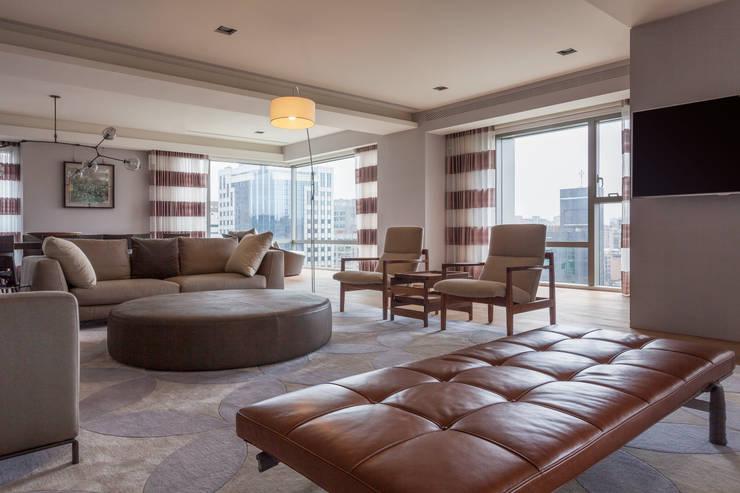 高宅 - Kao Residence:  客廳 by  何侯設計   Ho + Hou Studio Architects