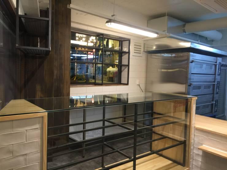 DOLLDOLL Bakery / 신촌: DFactory 디팩토리의  상업 공간,모던