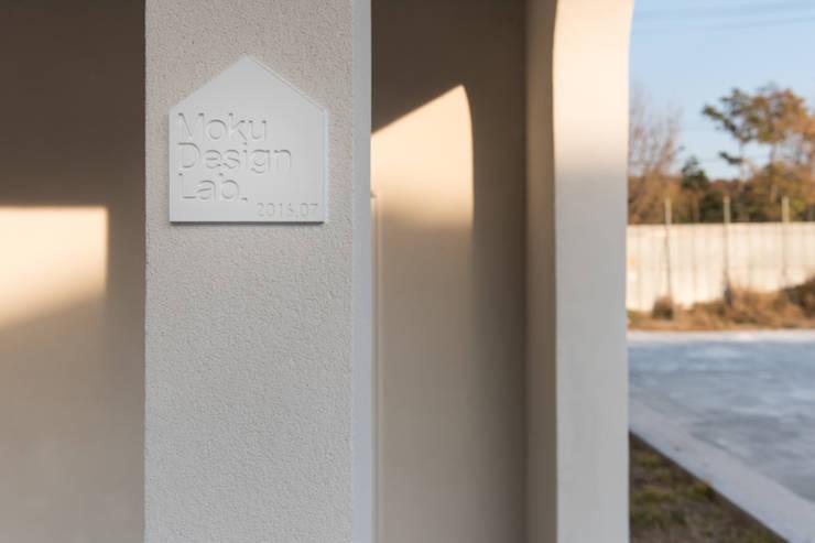 하우스 우: MOKUDESIGNLAB (모쿠디자인연구소)의  벽,