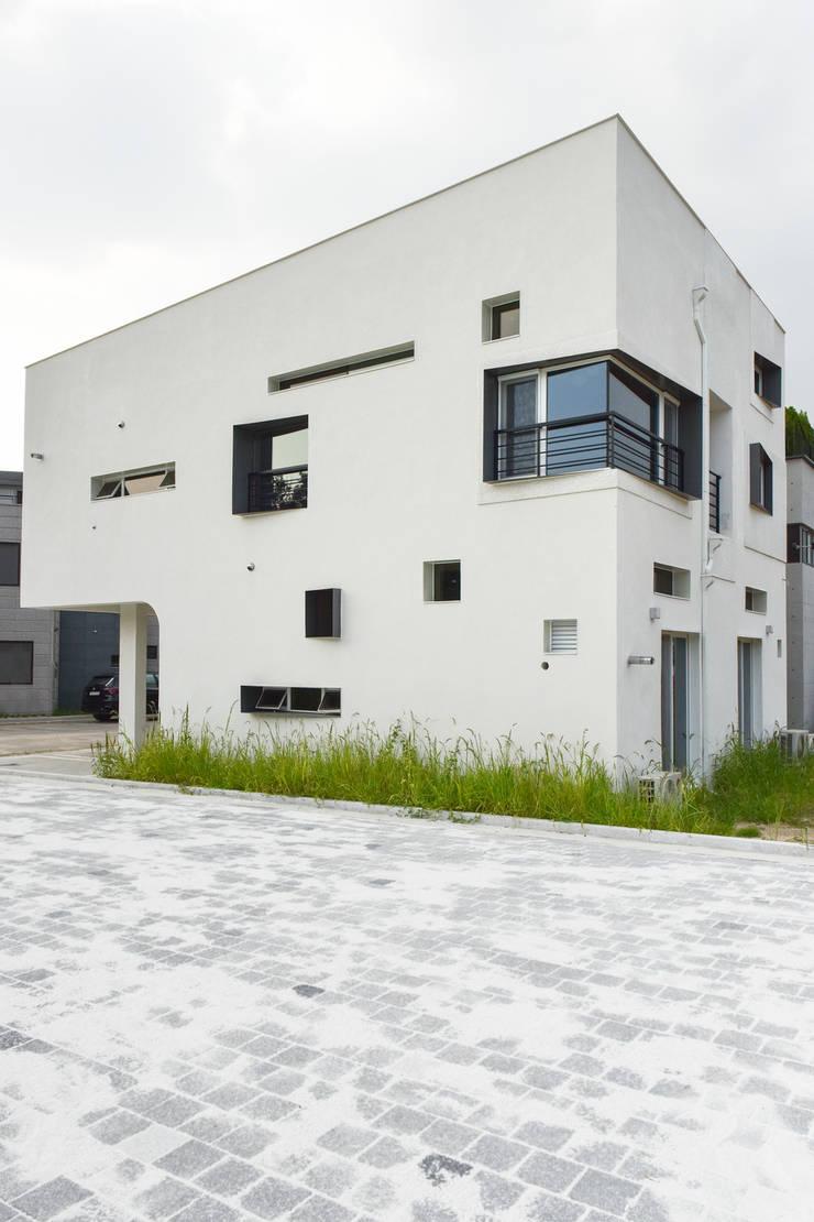 하우스 우: MOKUDESIGNLAB (모쿠디자인연구소)의  주택,
