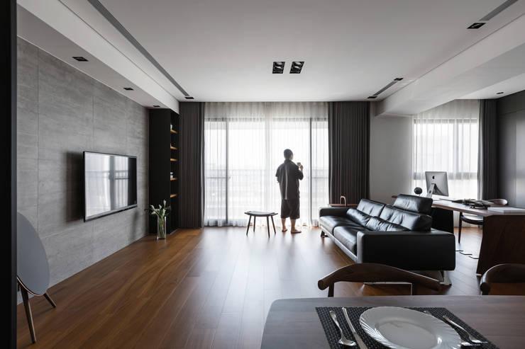 在客廳男主人:  客廳 by 一水一木設計工作室