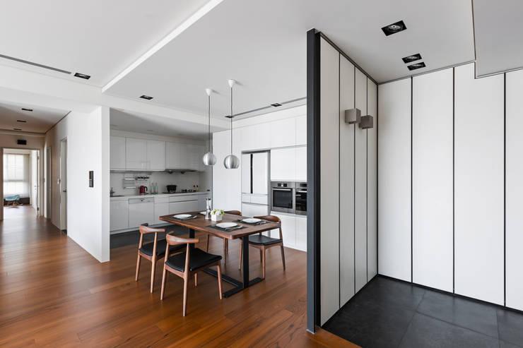 餐廳的氛圍:  玄關、走廊與階梯 by 一水一木設計工作室