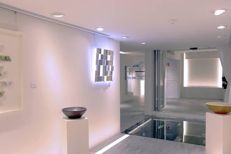 Espacios comerciales de estilo  de 構築設計