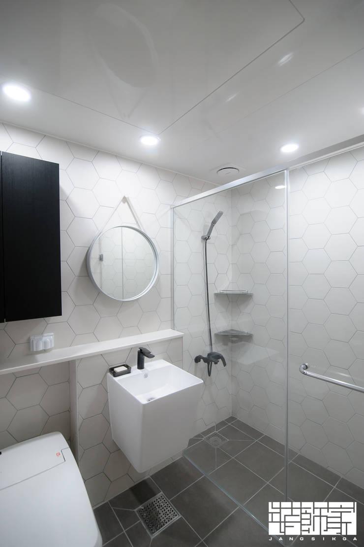시공부터 전체 홈스타일링까지, 모던하게 꾸민 아파트 인테리어: ㈜장식가의  욕실