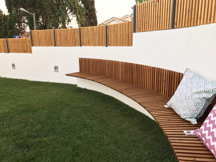 Banco em madeira para exterior: Jardins mediterrânicos por mube arquitectura