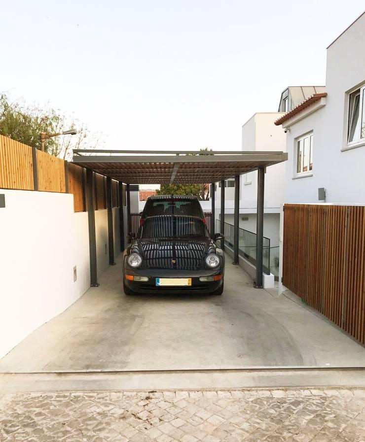 Vedação em madeira para exterior e Pérgula para Sombreamento: Garagens e arrecadações  por mube arquitectura