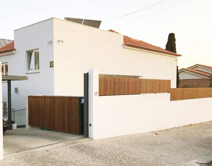 Vedação em madeira para exterior : Casas  por mube arquitectura