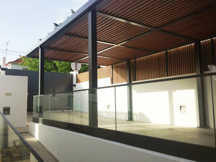 Vedação em madeira para exterior e Pérgula para Sombreamento: Terraços  por mube arquitectura
