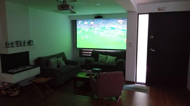Remodelación casa Bogota : Salas multimedia de estilo  por Erick Becerra Arquitecto, Moderno