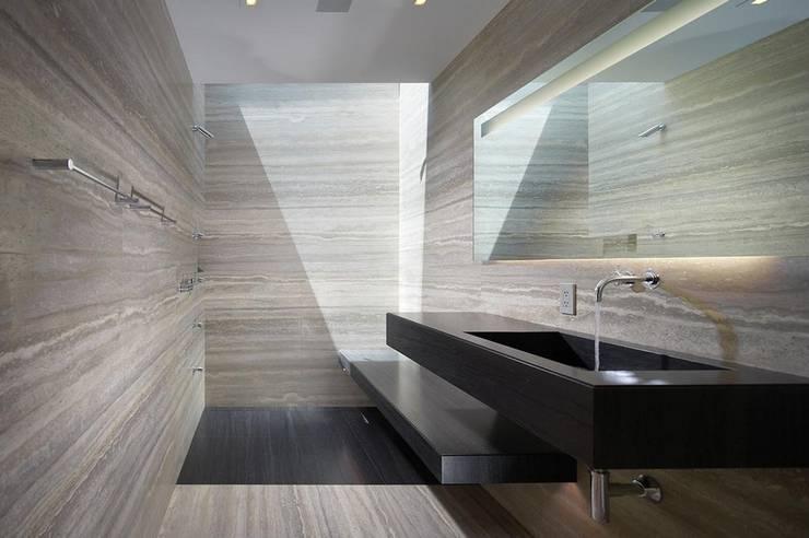 Kamar Mandi oleh Aprifer, Modern