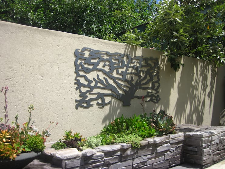 Working with walls:  Garden by Young Landscape Design Studio, Modern