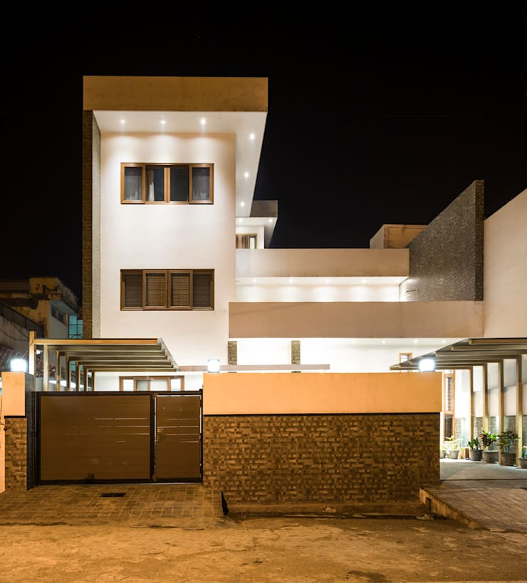 Front View at nightime: modern Houses by Manuj Agarwal Architects