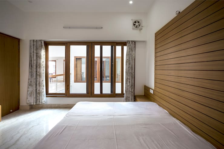 Bedroom interior: modern Bedroom by Manuj Agarwal Architects