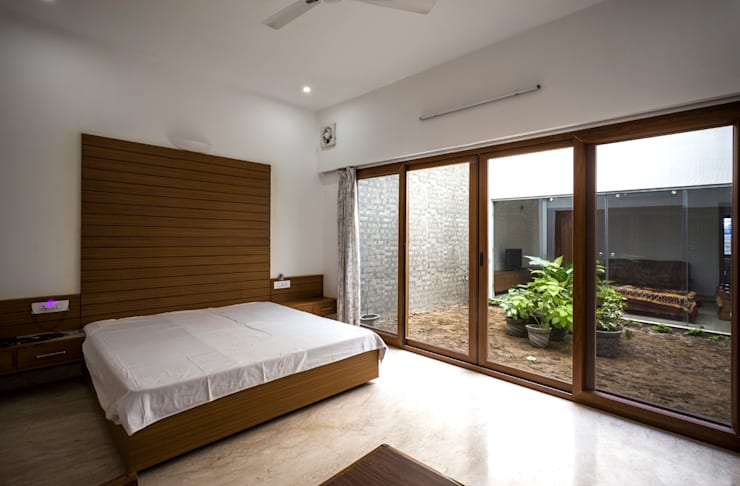 Bedroom overlooking the courtyard:  Bedroom by Manuj Agarwal Architects