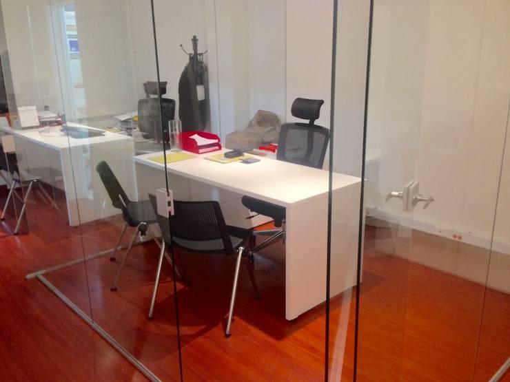 Diseño Oficinas Sisgeo de SmartWork Moderno Aglomerado