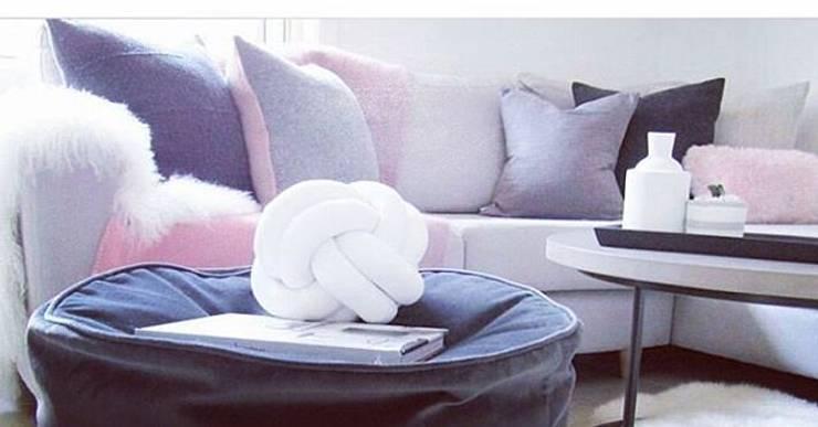 Almohadones: Hogar de estilo  por Cinza Design  Studio,