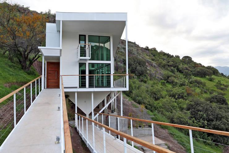 FACHADA ORIENTE: Casas de estilo  por Directorio Inmobiliario