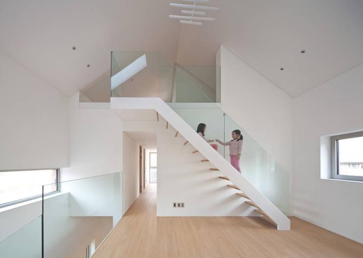 사이를 이어주는 집 ; LIFE_FACTORY 間 : 남기봉건축사사무소의  복도 & 현관