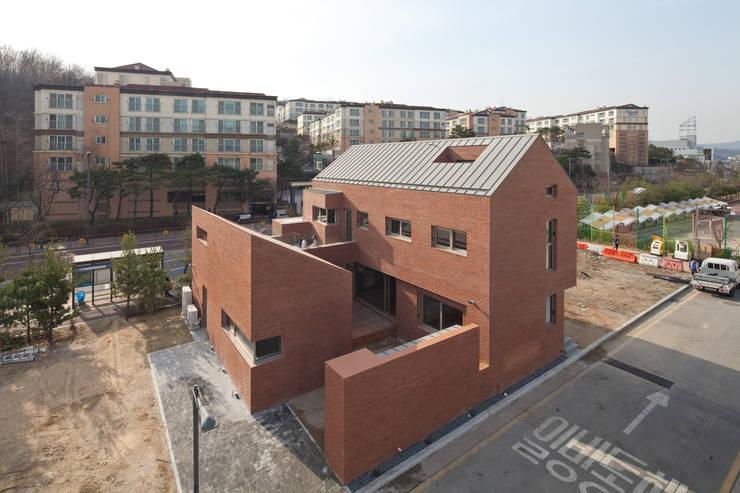 Casas de estilo  de 남기봉건축사사무소, Moderno