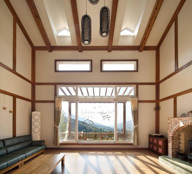 Livings de estilo asiático por (주)에이도스건축사사무소