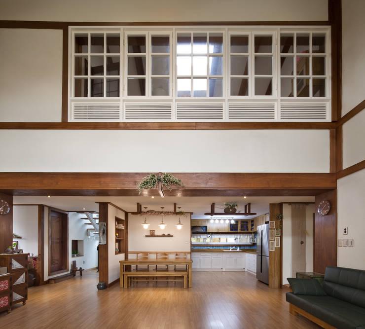 밀양 주택 : (주)에이도스건축사사무소의  거실,