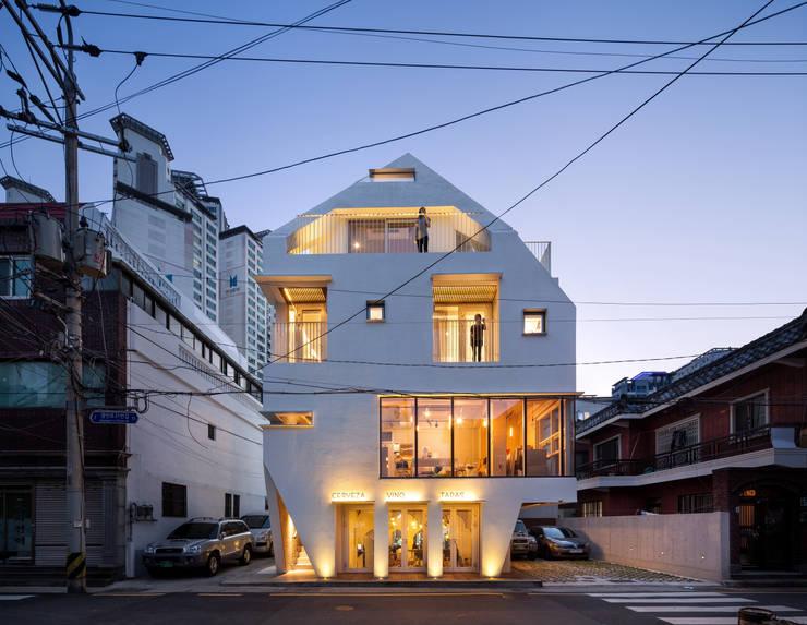 modern Houses by (주)에이도스건축사사무소