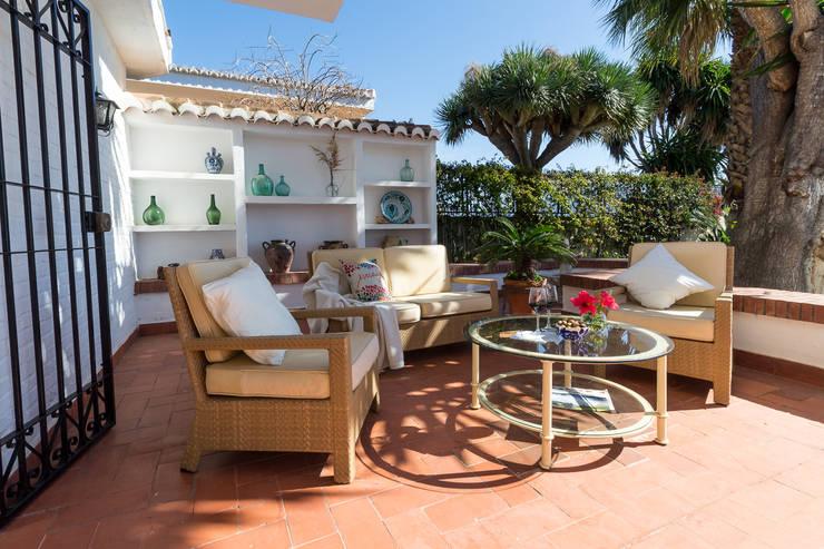 Zona de descanso en terraza exterior: Terrazas de estilo  de Home & Haus | Home Staging & Fotografía