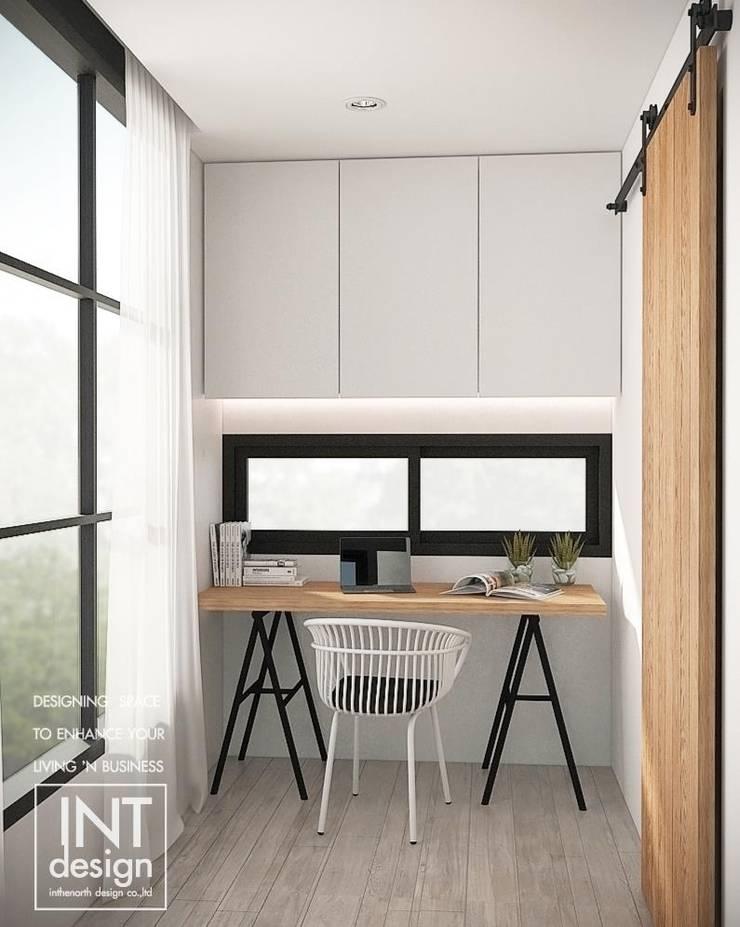 มุมห้องทำงานริมหน้าต่างๆ:  ตกแต่งภายใน by Inthenorth Design Co.,Ltd