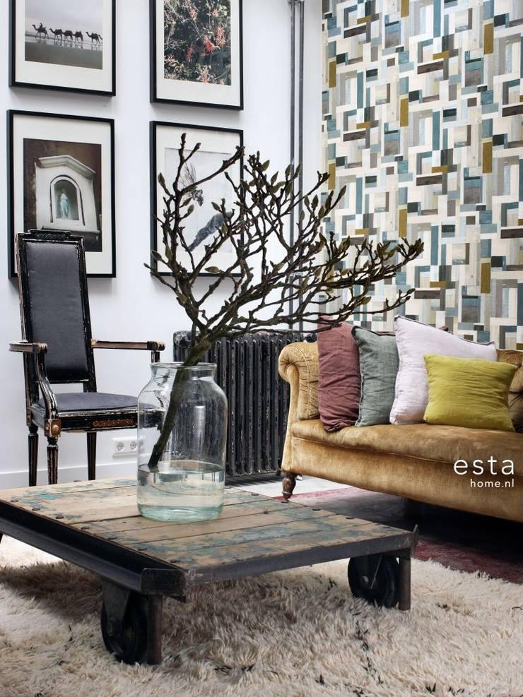 vliesbehang sloophout bruin en olijfgroen:  Muren & vloeren door ESTAhome.nl