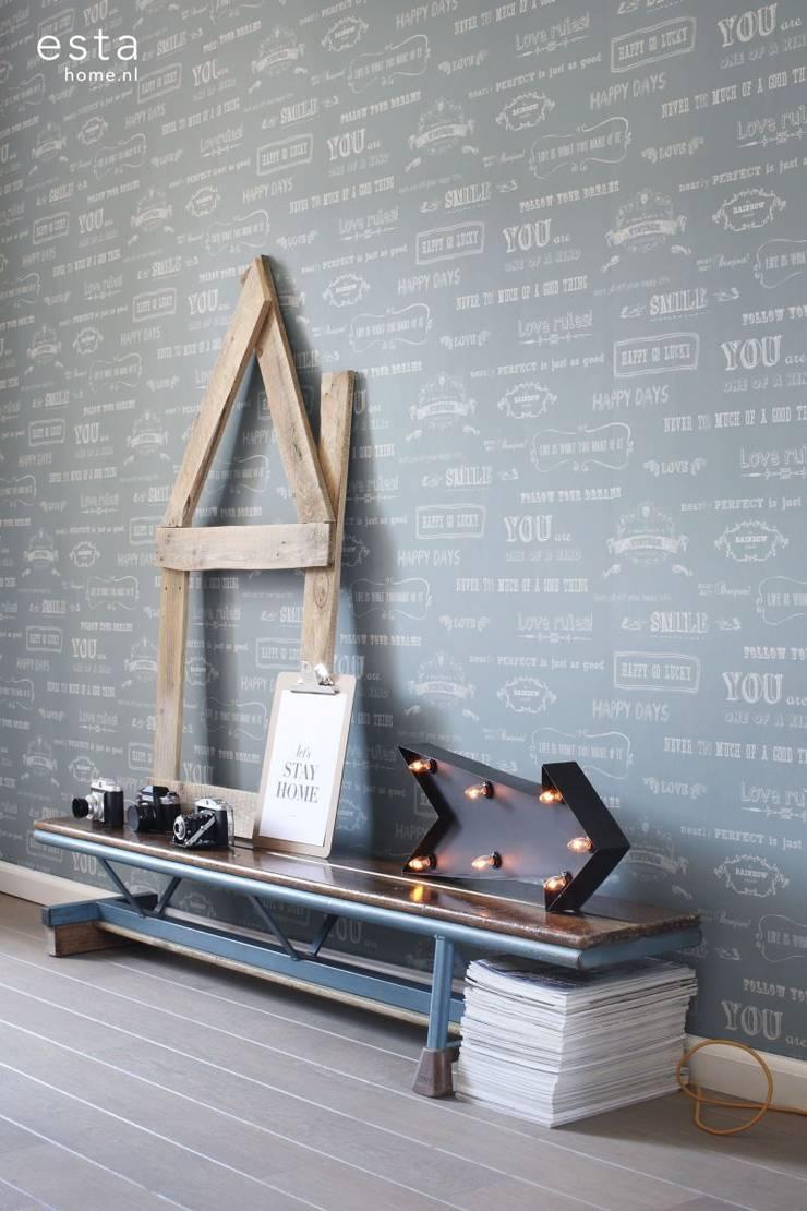 krijtverf vliesbehang krijtbord tekst vintage blauw:  Muren & vloeren door ESTAhome.nl