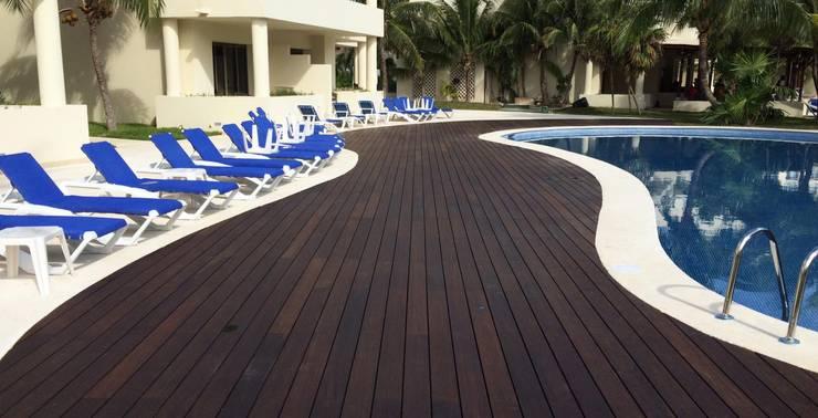 Deck Bambu: Albercas de estilo  por MARMI ST ANGELO