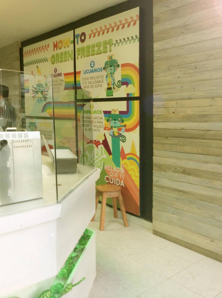 Salida y mural de proceso: Oficinas y tiendas de estilo  por Perfil Arquitectónico