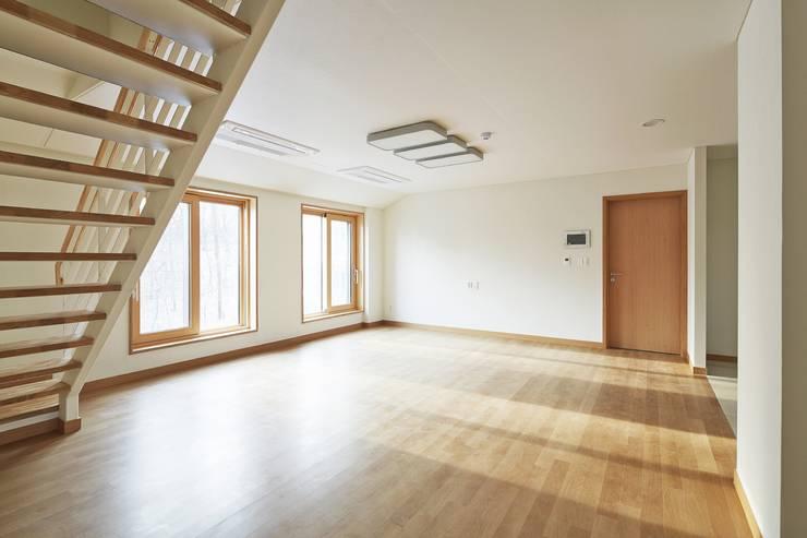 de estilo  por 경피리 건축발전소, Moderno Madera Acabado en madera