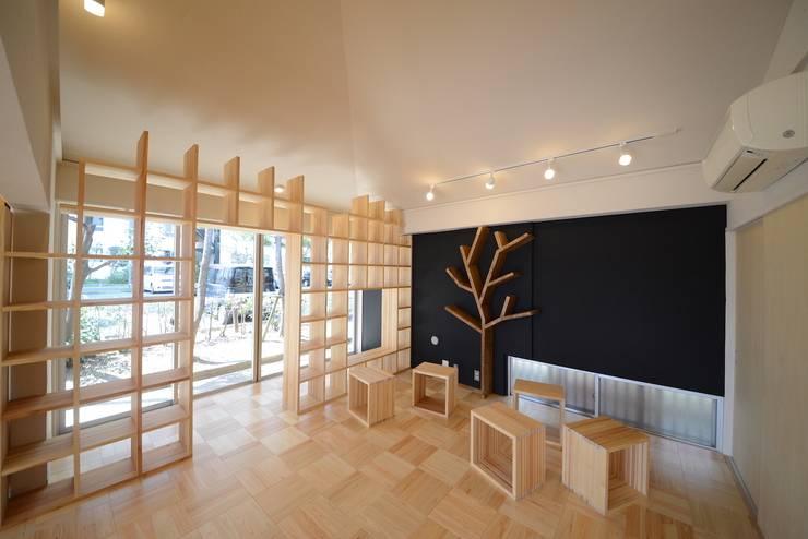 目を引く大きな本棚: 株式会社フロッグハウスが手掛けた和室です。