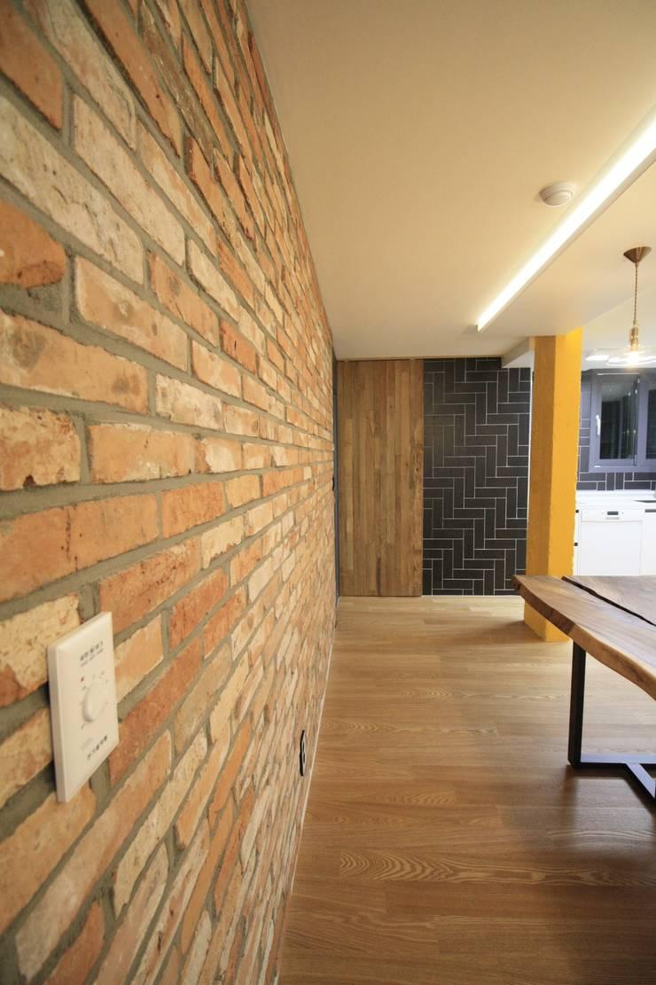 부천 중동 사랑마을/보람마을 : Old & New Interior의  벽