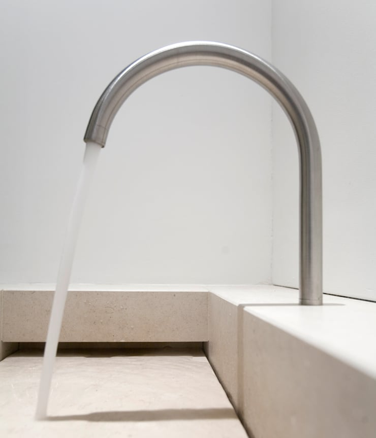 Washbasin:   door Jen Alkema architect, Minimalistisch Kalksteen
