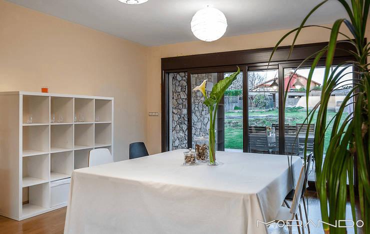 CHALET EN CHAS - COIROS (A CORUÑA): Salones de estilo  de MORANDO INMOBILIARIA