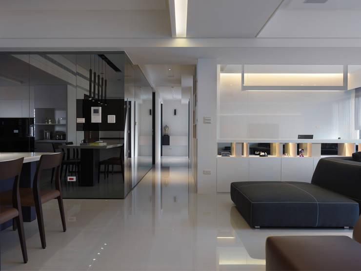 Corridor & hallway by 倍果設計有限公司, Modern