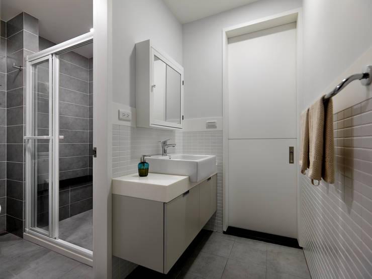 淨與靜:  浴室 by 倍果設計有限公司