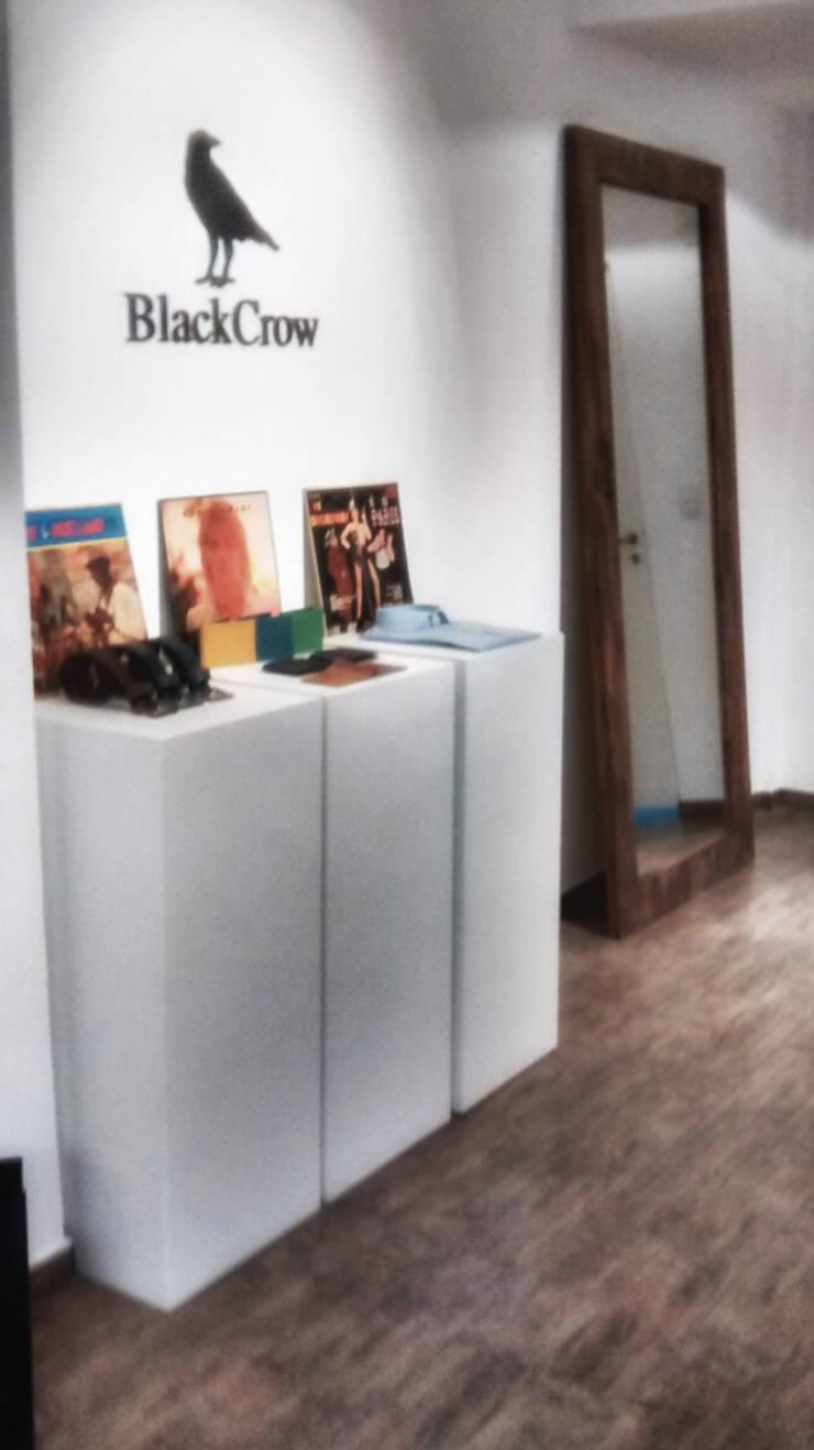 Showroom BlackCrow: Oficinas y Tiendas de estilo  por Bōken Studio,