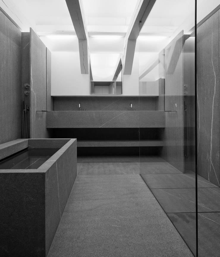 Bathroom:  Badkamer door Jen Alkema architect