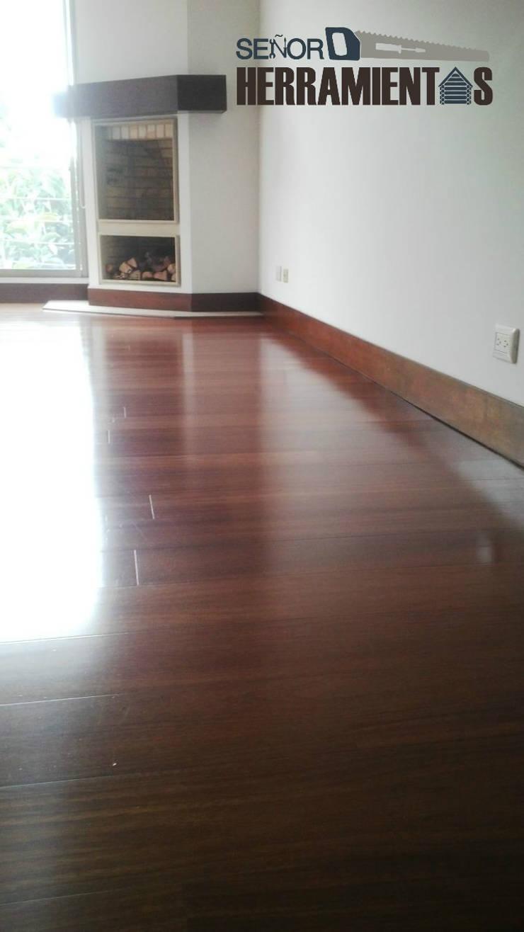 Reemplazo de alfombra por pisos de madera maciza: Habitaciones de estilo moderno por Señor herramientas
