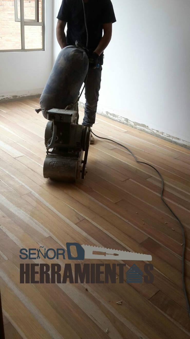 Reemplazo de alfombra por pisos de madera maciza: Habitaciones de estilo  por Señor herramientas